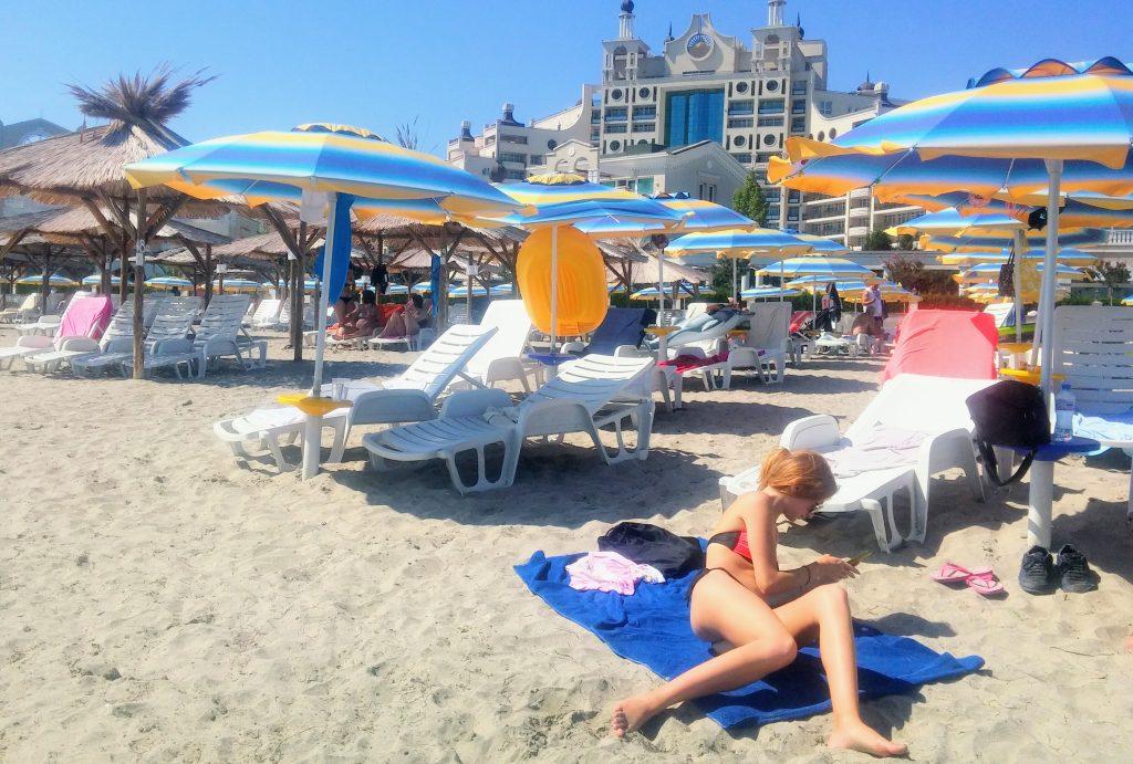 Шезлонги_зонтики цены_Пляж в Поморие